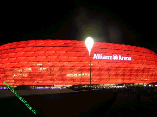 Allianz-Arena in Rot bei Nacht